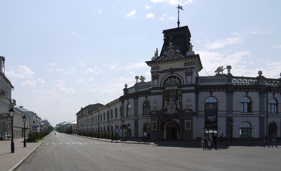 Казань, вид от кремля на Кремлёвскую улицу и музей Татарстана.