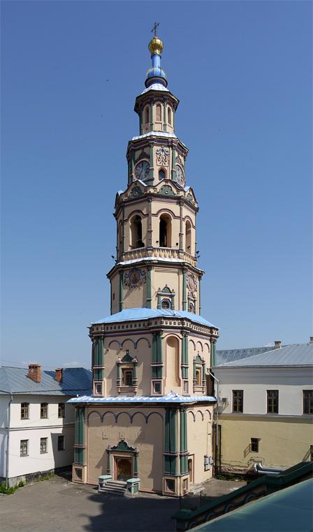 В городе встречаются необычные церкви и колокольни.