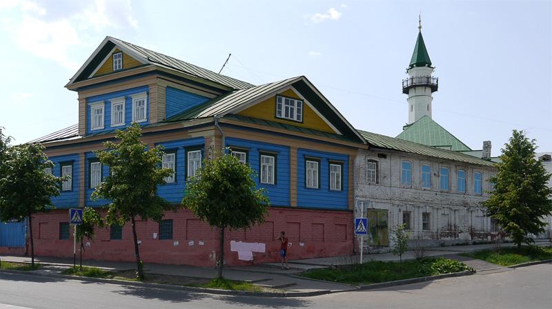 Старые деревянные дома и мечети.