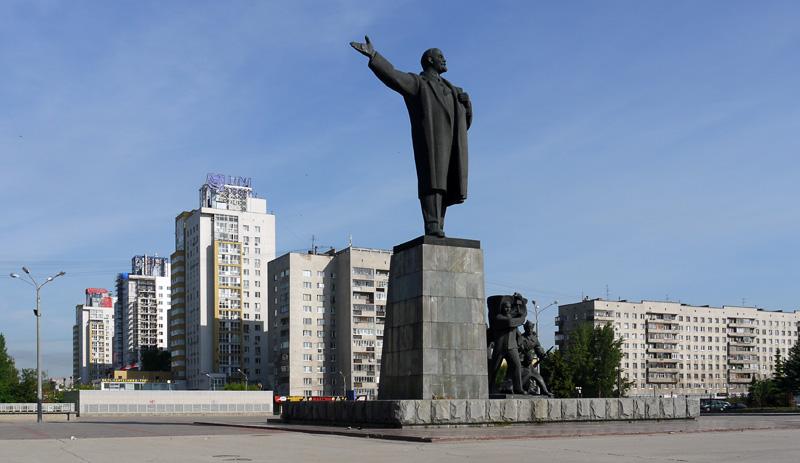 Ленин поднимает в атаку панельную серость советских коробков.