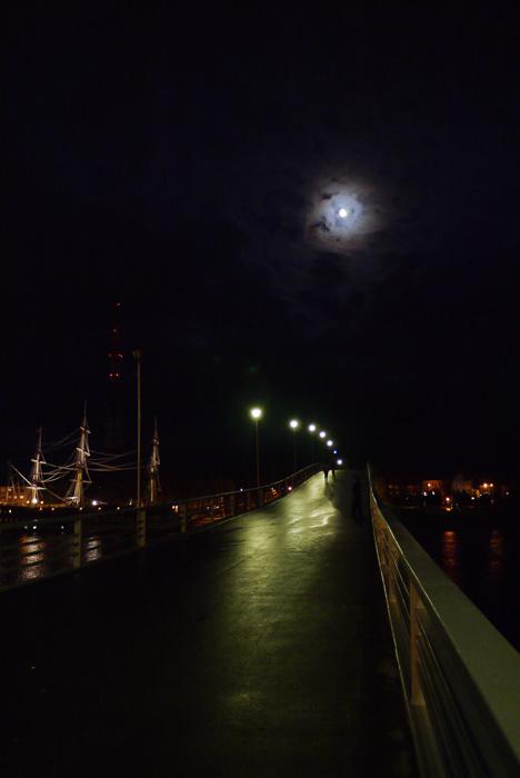 Пешеходный мост от Новгородского кремля через Волхов.