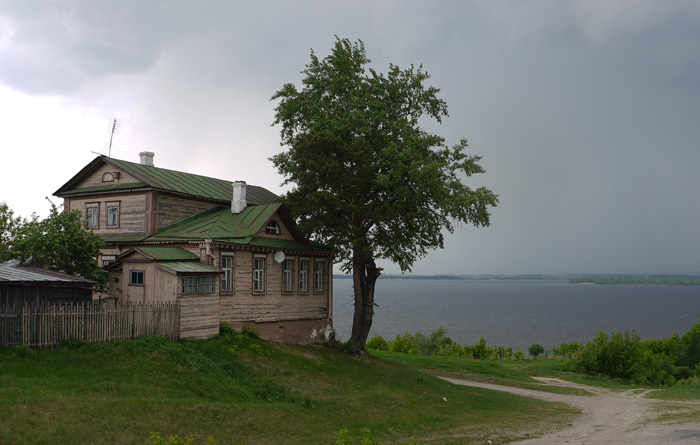 Кроме церквей на острове есть простые дома. И похоже очень старые.