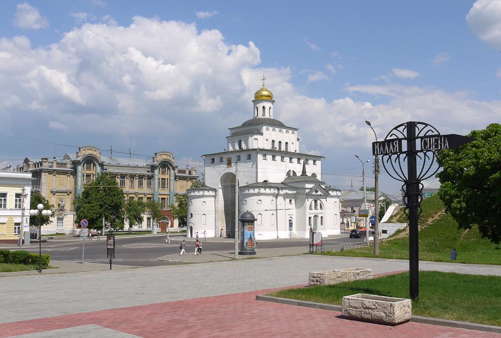 Золотые Ворота. Вид с площади перед театром.