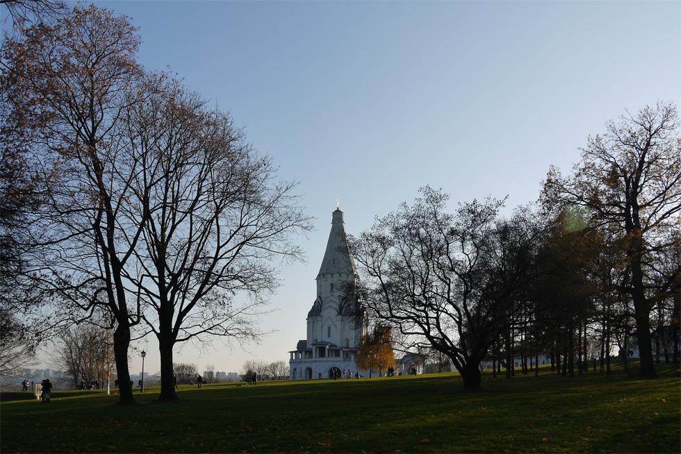 Вид на церковь Вознесения со стороны парка