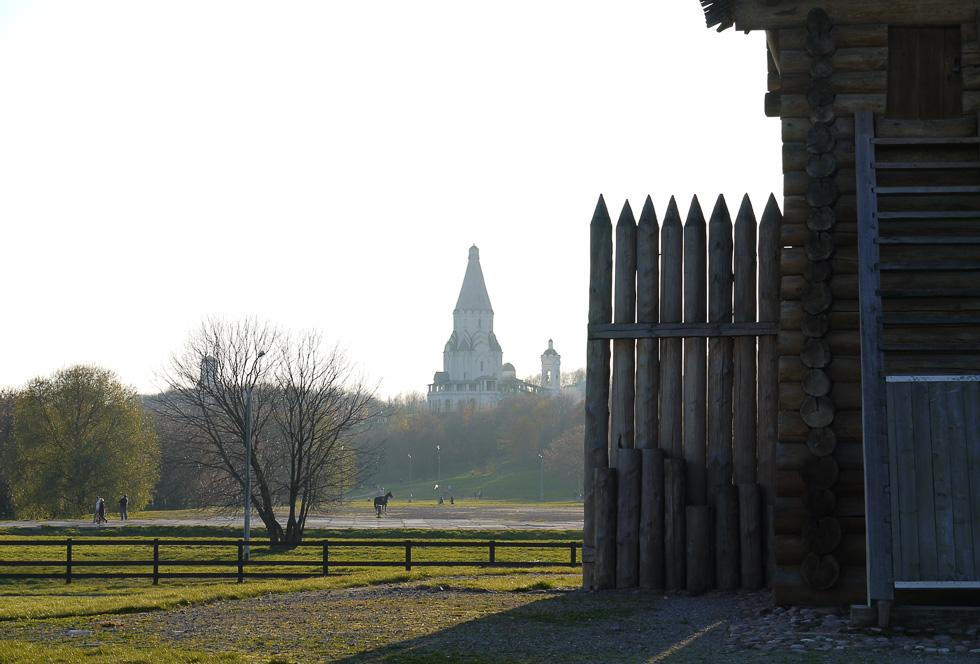 Вид на церковь Вознесения со стороны деревянного городища