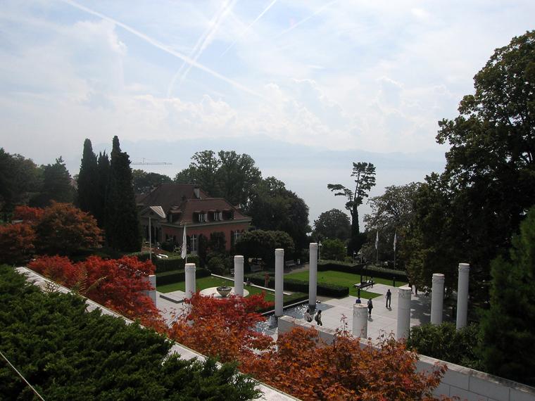Вид на женевское озеро из парка резиденции Международного Олимпийского Комитета в Лозанне