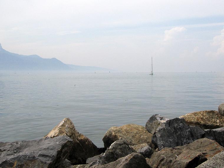 Вид на женевское озеро и яхту
