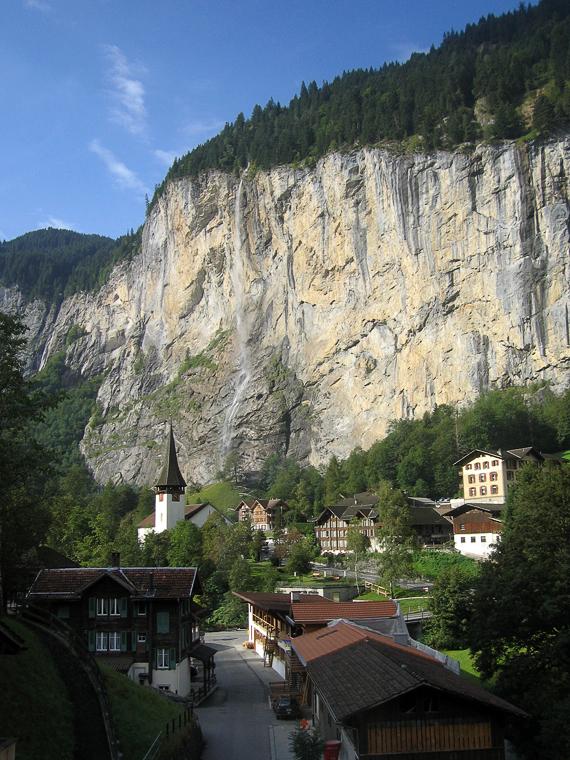 Альпийская деревня с водопадом