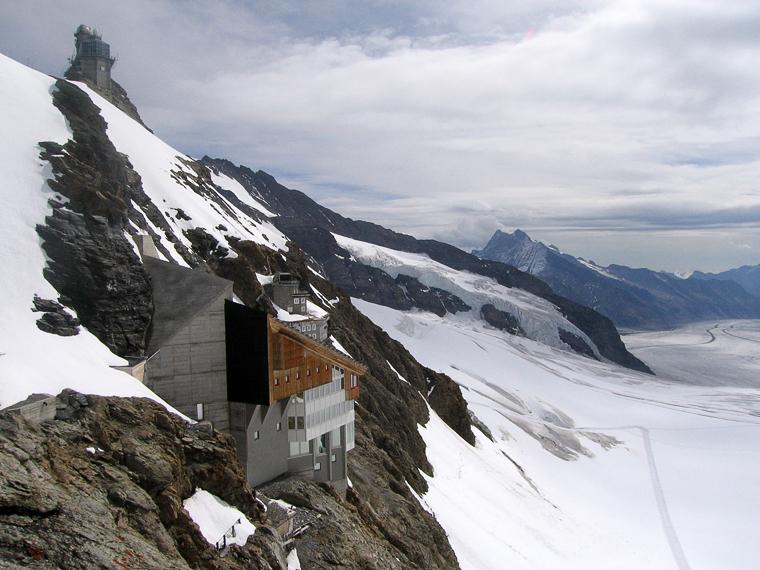 Самая высокогорная железнодорожная станция в Европе (3571 метр над уровнем моря). Слева вверху обсерватория, в центре станция, справа горы и ледник