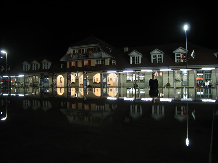 Спящий фонтан напротив станции Interlaken Ost в Интерлакене. Ночью