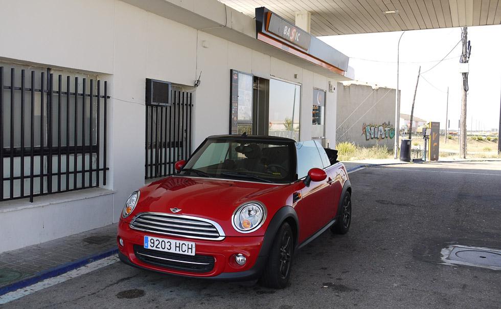 Mini Cooper на заправке в Испании