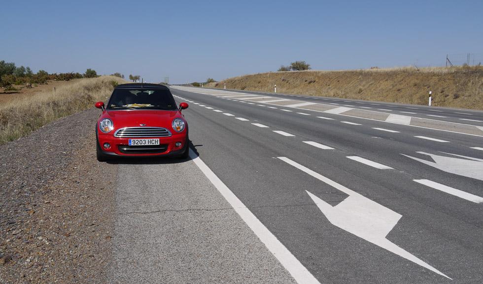 Mini Cooper на дороге