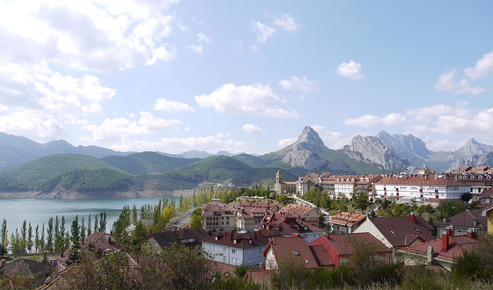 Город на берегу озера с видом на горный массив
