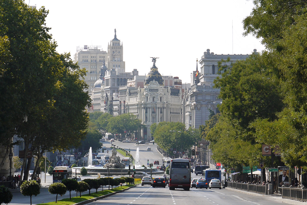 Улица Алкала (Calle de Alcala) и вид на здание Метрополис.