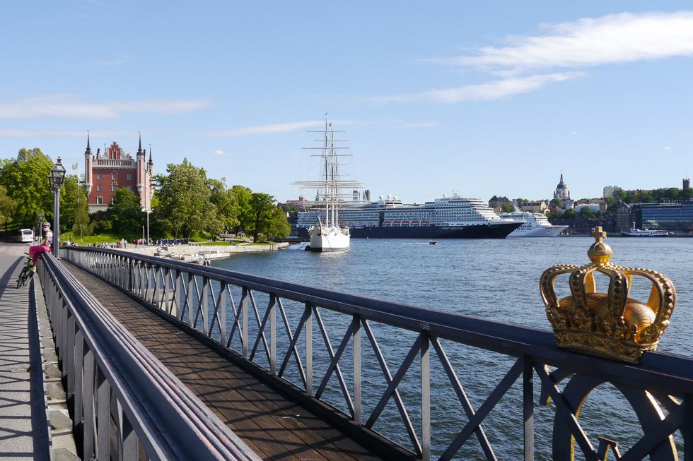 Корона на ограждении моста