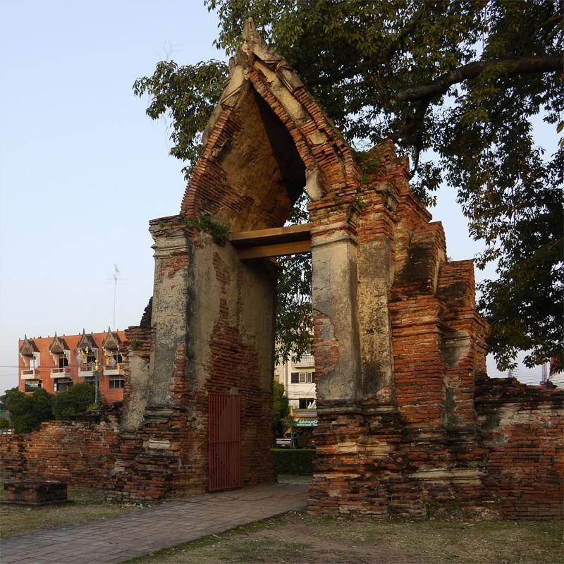 Ворота в Аюттхайе (Wat Ratchabura)