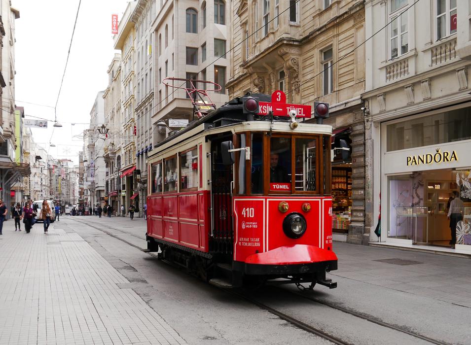 Красный трамвай на улице Истиклал