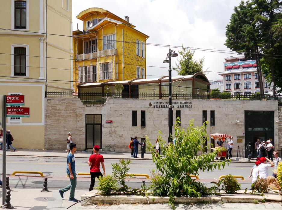 Желтая деревянная многоэтажка