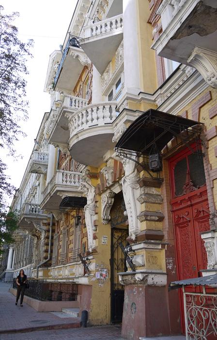 Нарядный балконами дом