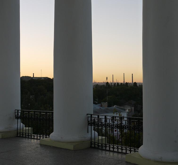 Вид на индустрию Одессы сквозь колоннаду Воронцовского дворца