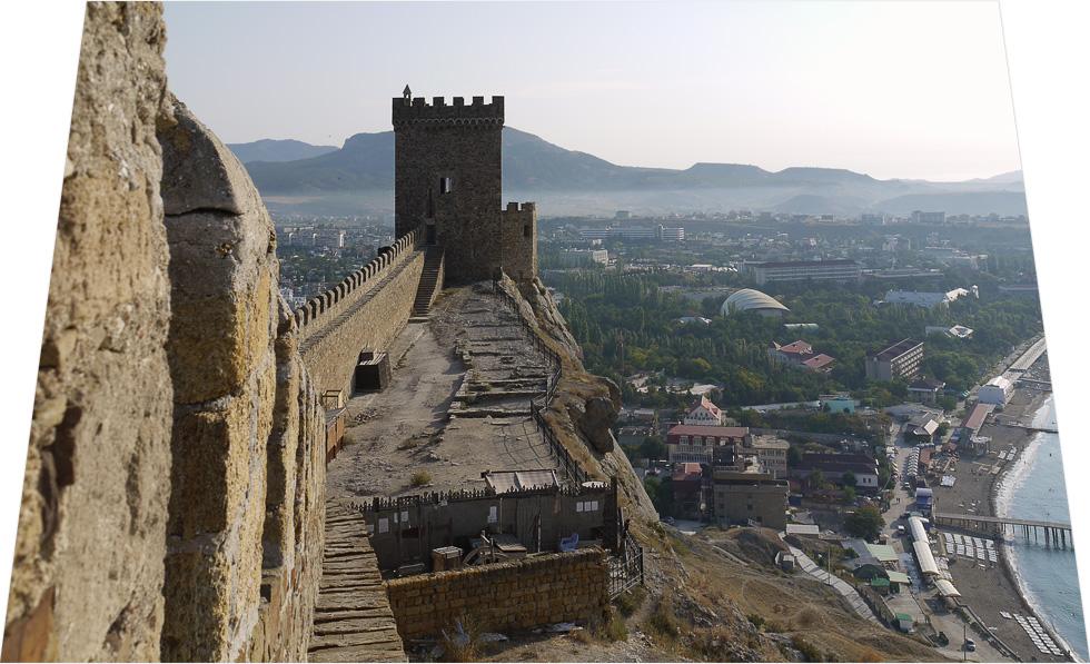 Вид с укреплений Судакской крепости на башню, город и полуостров Крым.