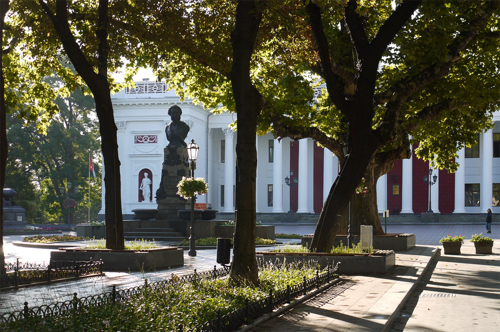 Приморский бульвар, памятник Пушкину на Думской площади и колонада городского совета.