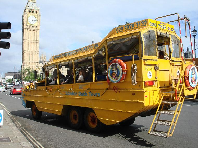 На таких машинках возят туристов по Лондону