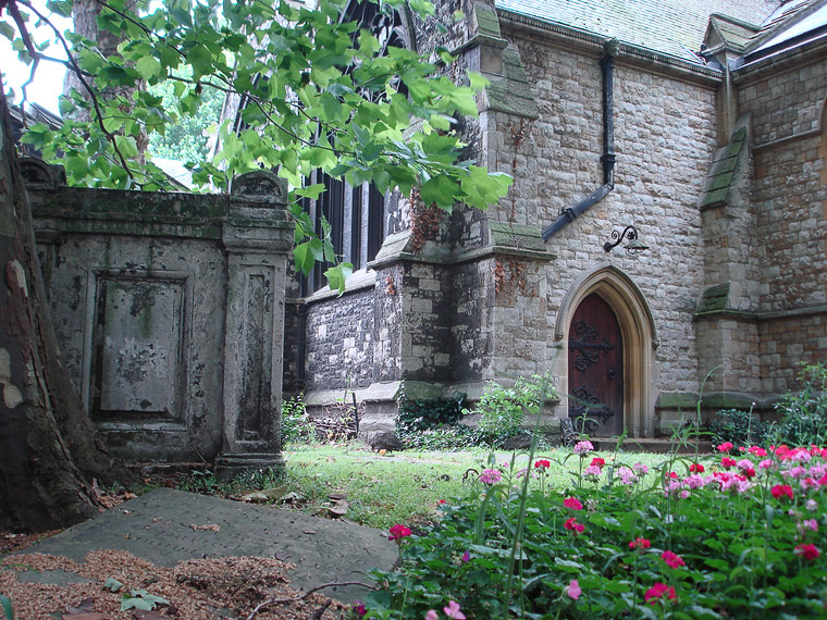 Лондон. Небольшой парк у церкви