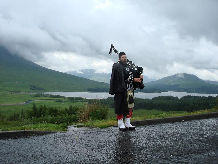В Шотландии живут шотландцы. Они носят килты и играют на волынках