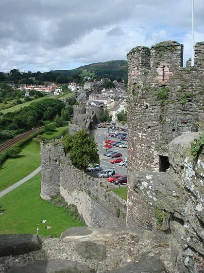 Вид на городские стены Конви со стен замка