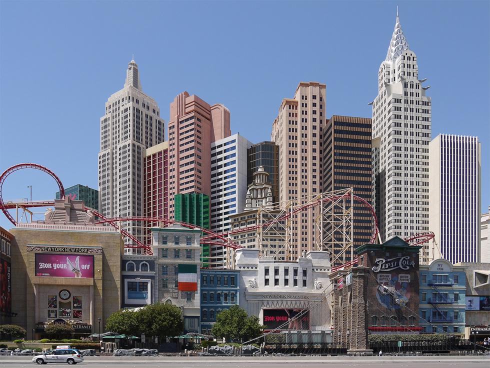 """Отель """"New York New York"""". Еще перед ним стоит статуя свободы, правильного зеленого цвета, но она не влезла в кадр."""