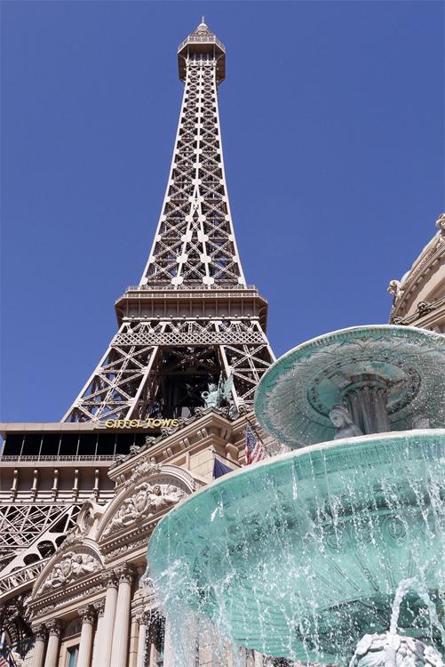 """Это не Париж, это Лас Вегас. Отель и казино """"Paris"""". Совсем недавно Эйфелеву башню распилили в Париже и по частям переправили в Вегас на авианосцах. Затем кусочки немного уменьшили и собрали. Теперь в Вегасе есть Париж."""