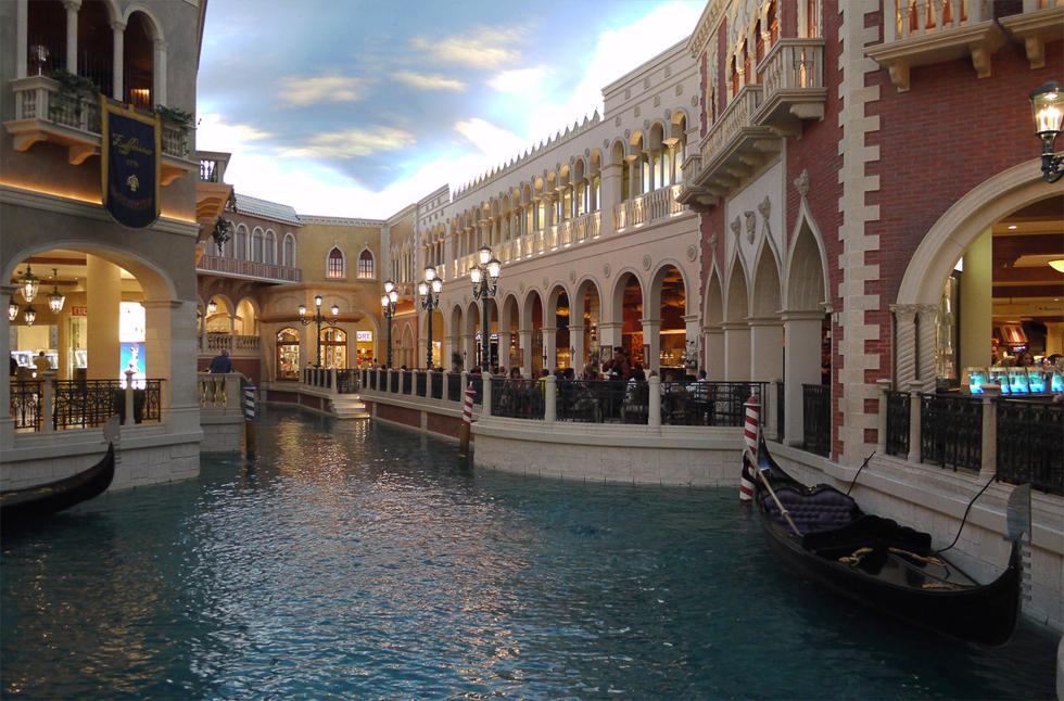 """Отель и казино """"Venetian"""". Воду для каналов доставляют из Венеции по специальной трубе. Водопровод был проложен еще в пятнадцатом веке и освящен лично папой."""