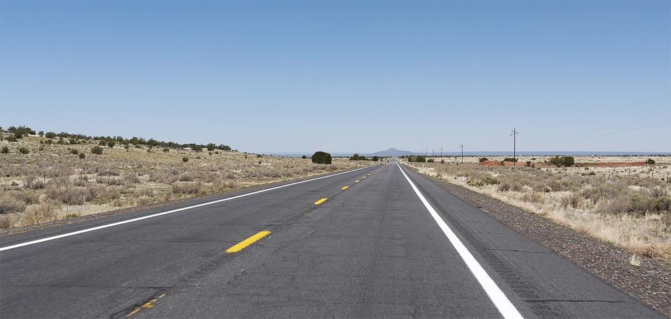 Историческая трасса US66 по пустыне в Аризоне.