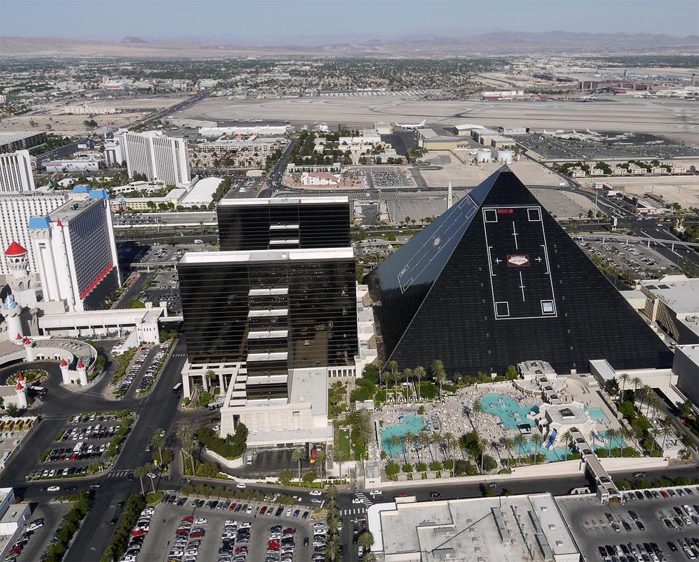 """Вид с вертолета на отель и казино """"Luxor""""."""