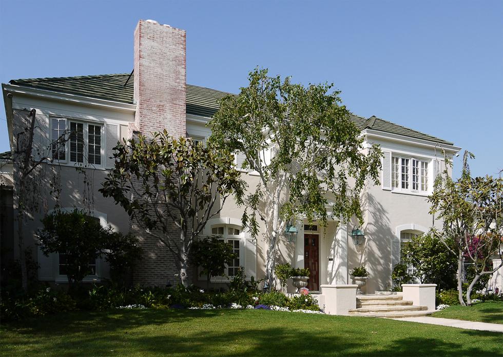 Дом в районе Беверли Хилз. Берёза здесь — это экзотика.
