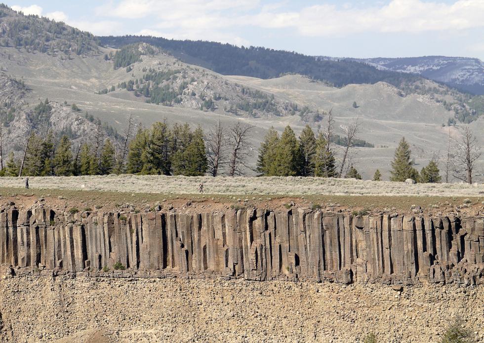 В парке есть свои каньоны. На краю этого видна базальтовая порода, образовавшаяся в результате последнего извержения около сотни тысяч лет назад. Еще ниже есть еще один такой же слой.
