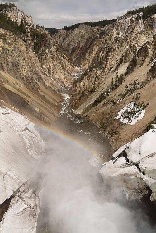 Другой каньон. Когда стоишь прямо над водопадом, видно радугу. На этой фотографии внимательный посетитель увидит снег. <br>Другие чудеса этого парка собраны на отдельной страничке.