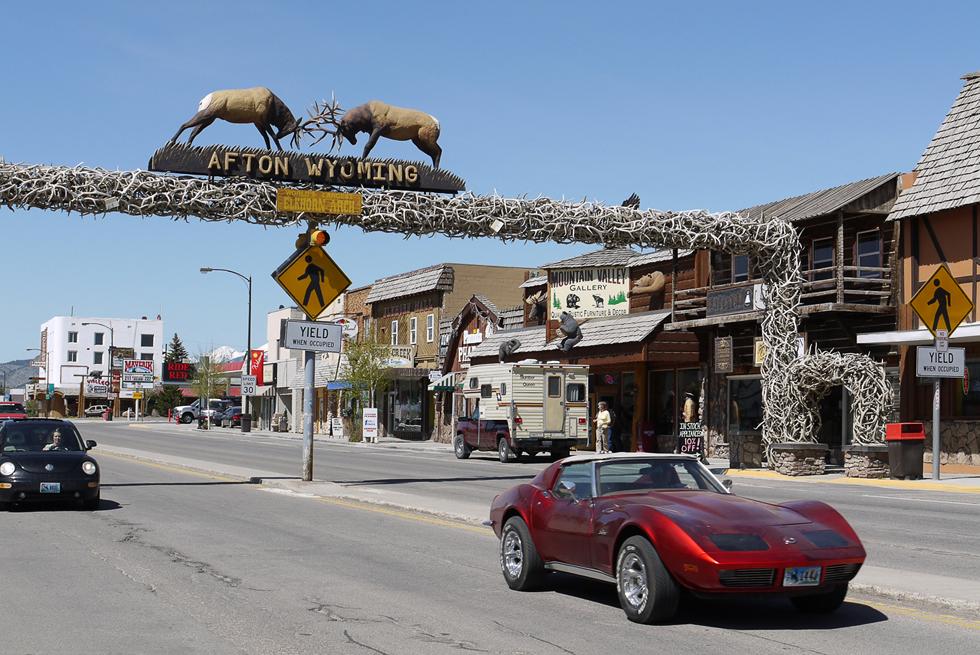 Арка из сброшенных оленями рогов в городе Afton. На фотографии видно достаточно много характерных американских вещиц.