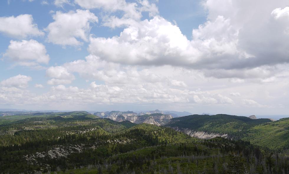 Если забраться высоко и далеко, можно увидеть национальный парк со стороны. Этот каньон тоже является очень далёким ответвлением большого каньона.