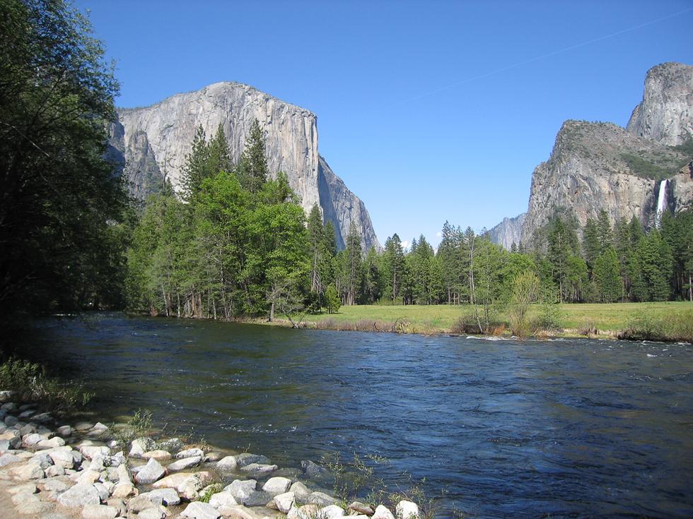 В Йосемити красивые водопады и скалы, пригодные для альпинизма.
