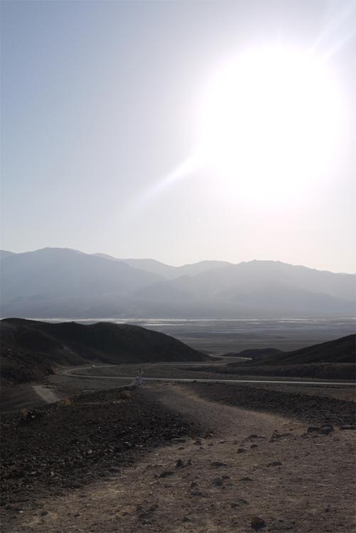 Долина окружена горами - они и не дают ветрам охладить жару и не пускают облака.
