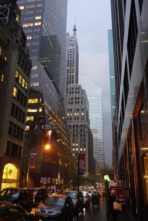 """Стены небоскребов вдоль улиц не """"давят"""", и не создают ощущения как на дне колодца. Все это выглядит и естественно и красиво: у каждого здания есть свои отличительные черты."""