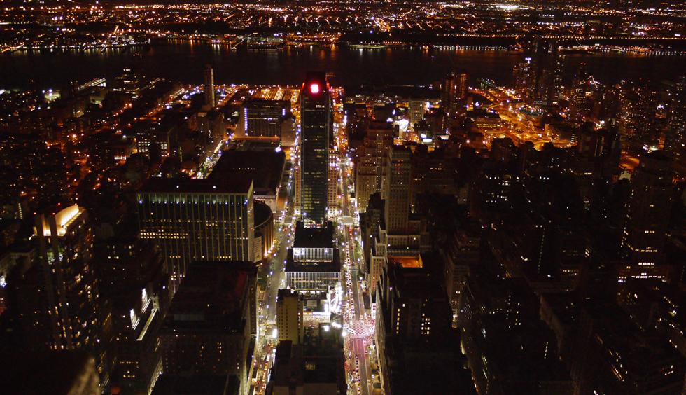 Вид на ночной Нью-Йорк со смотровой площадки Empire State Building. 86 этаж. Есть  возможность еще за $15 попасть и на 102, но оно того не стоит – вид ни чуть не отличается от 86го, при этом смотреть придется через пыльные закопченные стекла. Если хотите встретить рассвет на смотровой площадке, приходите за 2-3 часа, чтобы успеть отстоять все очереди. Если доплатить еще $40, можно пройти без очереди.