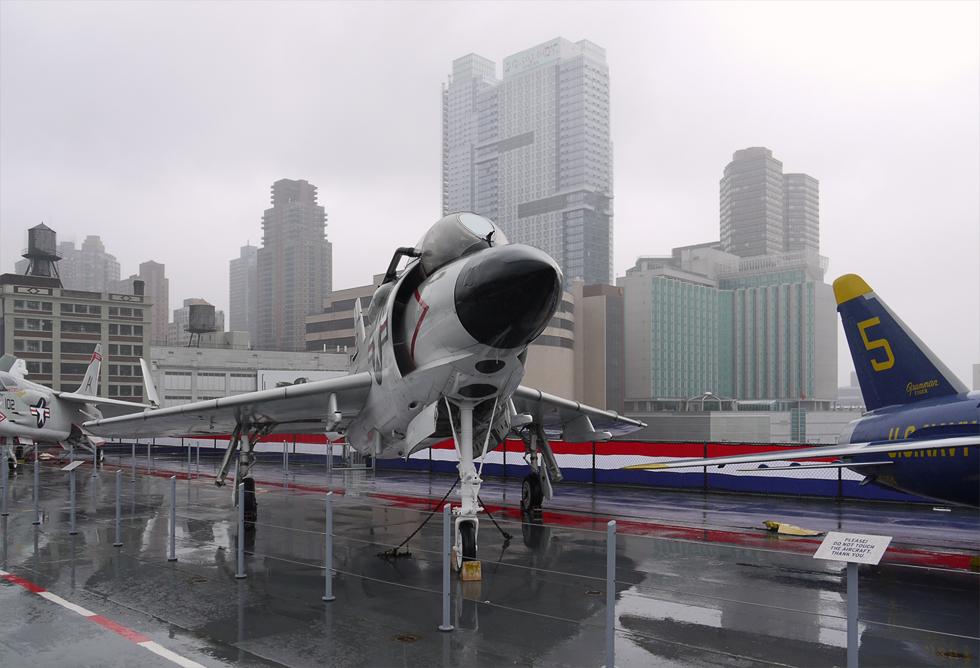 На палубе авианосца Intrepid расположена внешняя часть экспозиции музея авиации Нью-Йорка.