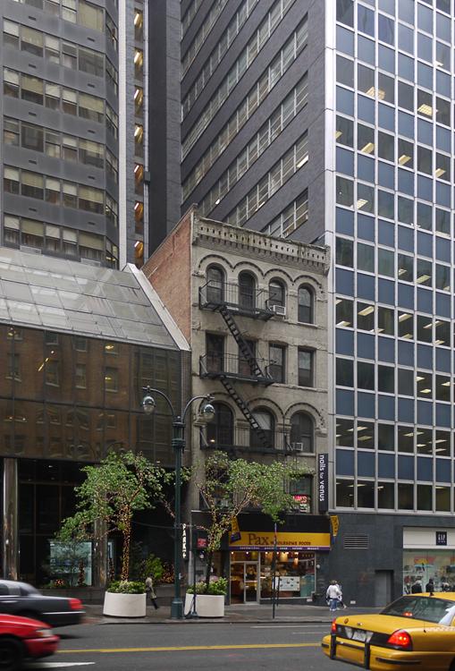 Многие старые здания в городе прямо таки зажаты современными многоэтажками.