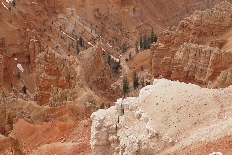 Весной тает оранжевый снег по краям каньона, и оранжевые речки и ручейки размывают его еще сильнее.