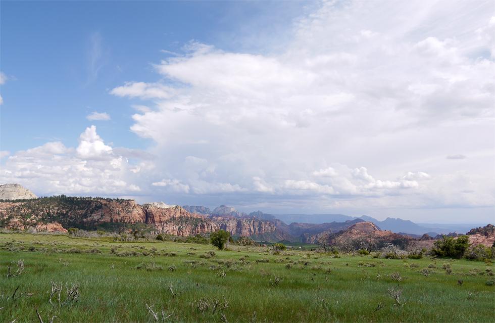 Zion очень загружен посетителями, особенно в выходные. Но есть и безлюдные места, хотя тоже очень красивые.