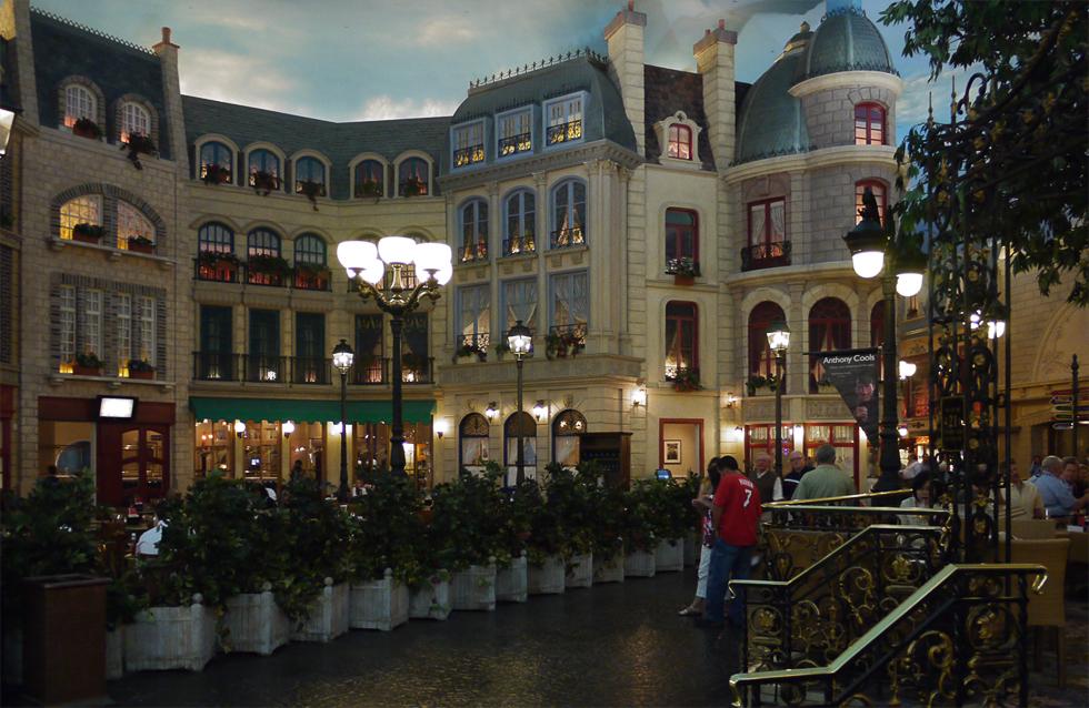 """Интерьеры гостиниц соответствуют их названиям: это интерьер гостиницы """"Париж""""."""