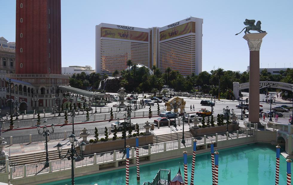 """Вид на гостиницу и казино """"Мираж"""" со стороны """"Венеции""""."""